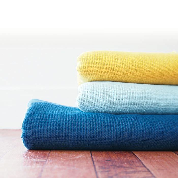 色とりどりの重ねたバスタオル