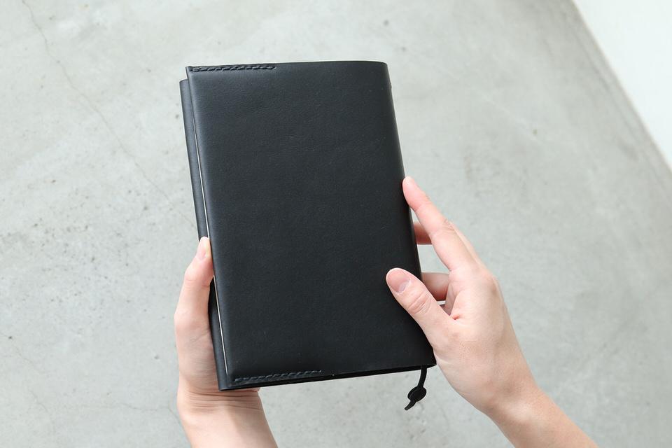 読書時間にシンプルな革のブックカバーを