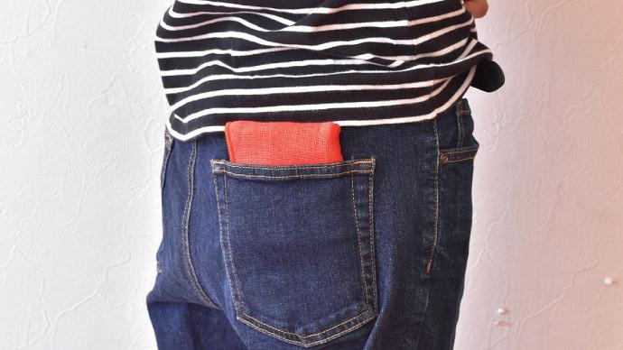 ポケットに入れたガーゼ素材のハンドタオル