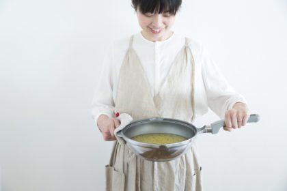 片手で使えるフライパン型の無水鍋