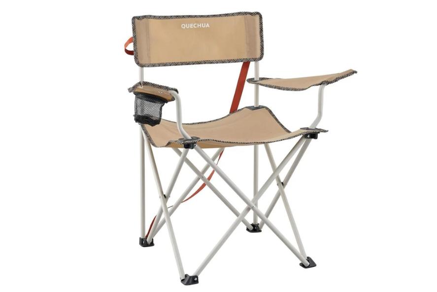 折りたたみ椅子に座ってのんびり楽しむお家キャンプ