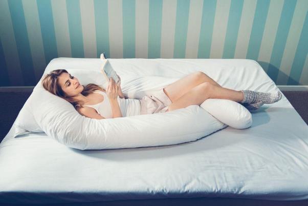 U字の大きい枕がしっかり支える
