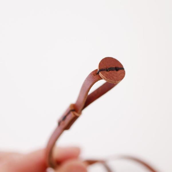紐の先には小さな丸い革を組み合わせ