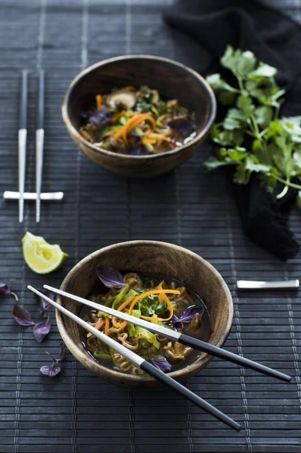 器や料理を引き立てるシンプルな箸