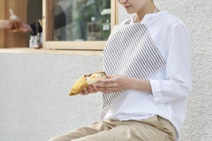 食事のうっかりシミから服を守る。エプロンにもなるハンカチをバッグに入れて