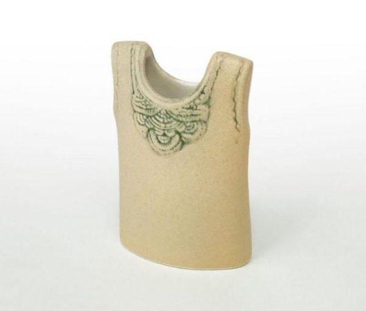 VESTは胸元のモチーフが印象的