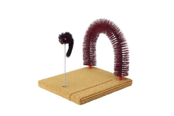 アーチ型のブラシとネズミのおもちゃ