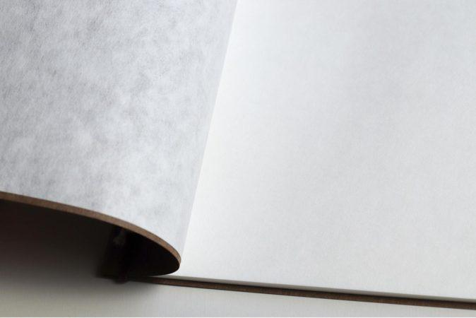 滑らかで引っかかりが少ない紙質のノート