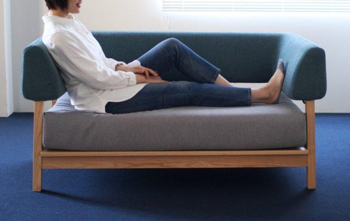 横向きに座ってもくつろぎの時間を過ごせます