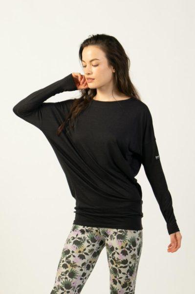 女性らしい着こなしが叶う。メリノウール混ルーズロングスリーブTシャツ