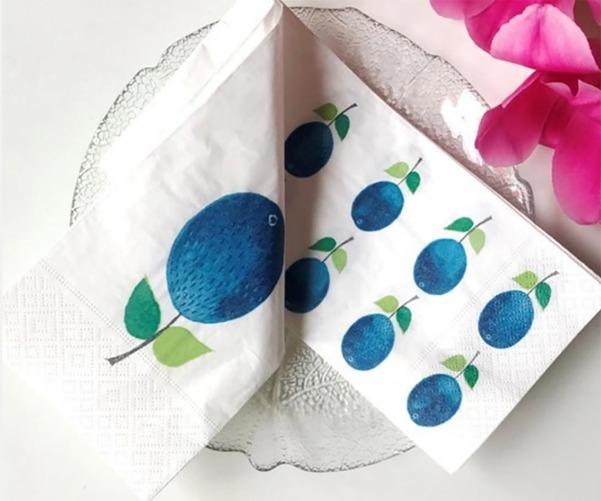 ナプキンを広げてみると、大きなプルーヌスと小さなプルーヌスが並び合っているから、畳み方によって表情の違いを楽しめます