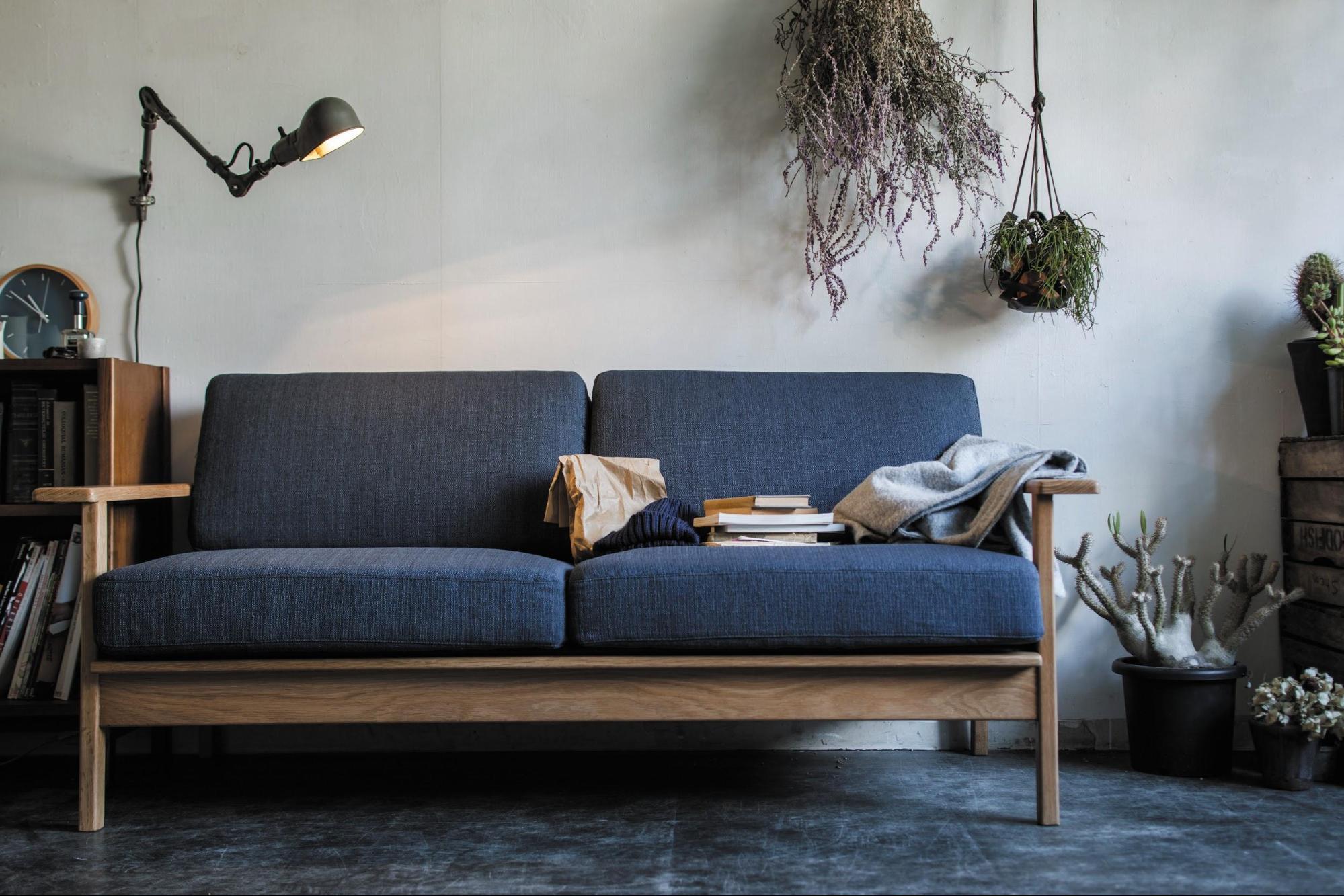 木製フレームの上質なソファ