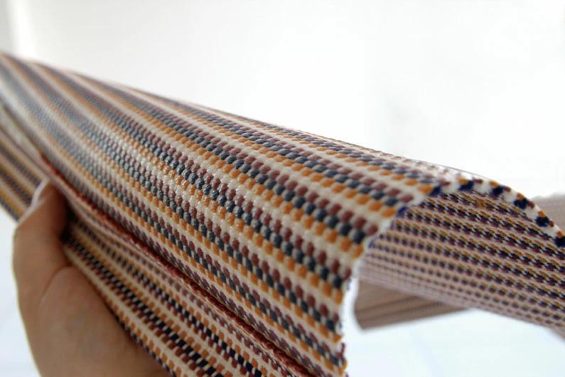 太さの違う経糸と緯糸を、2本ずつ引き揃えて織られたこの生地は丈夫でしなやか