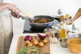 無水鍋を使った料理シーン