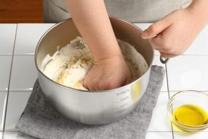 混ぜてもこねても使いやすい便利な取っ手付きボウル (1)