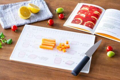 食材を切るのが楽しくなる。切り方イラストと目盛り付きの便利なまな板