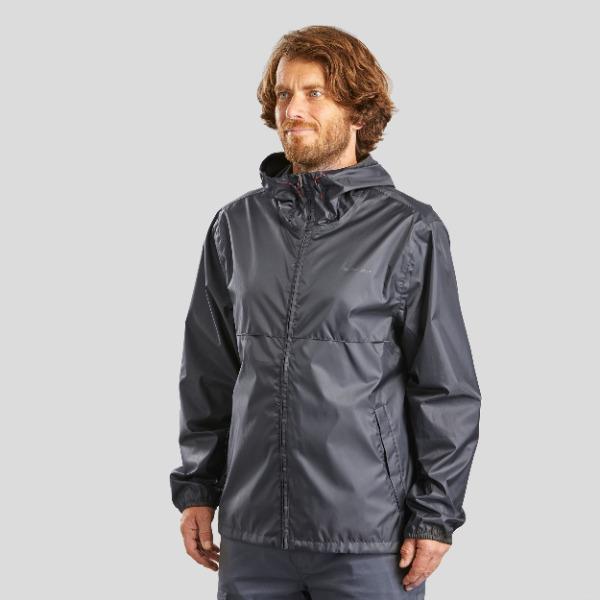 登山用の雨具など、スポーツ用品を豊富に扱うデカトロン