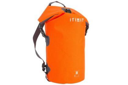 収納力抜群。防水ダッフルバッグはお出かけにも便利