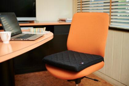 椅子や床に置いて座るだけ。自然な姿勢をサポートするシートクッション