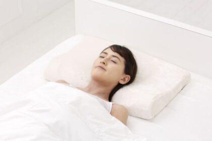 固めの感触で心地よく首をサポートする枕「スリープラテックス 首元リラックス」