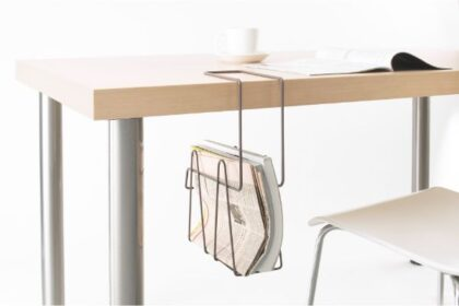 テーブル下が収納スペースに。コンパクトで機能的なテーブルラック